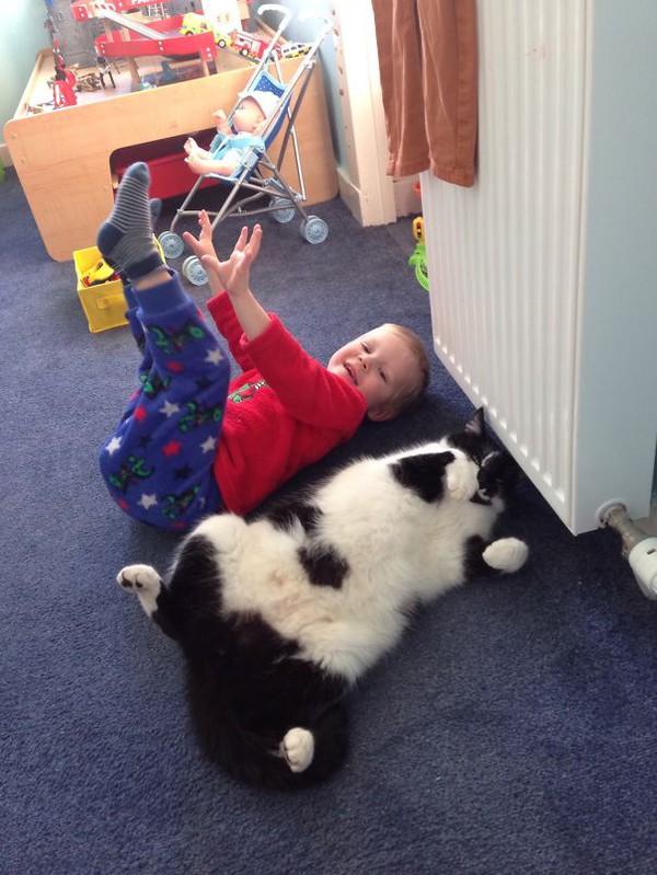 Chùm ảnh bé bắt chước động tác của thú cưng siêu đáng yêu 13