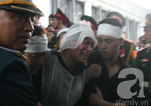 Nước mắt hòa mưa, tiễn đưa 18 chiến sĩ về nơi đất mẹ 12