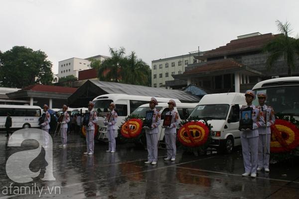 Nước mắt hòa mưa, tiễn đưa 18 chiến sĩ về nơi đất mẹ 11