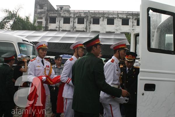 Nước mắt hòa mưa, tiễn đưa 18 chiến sĩ về nơi đất mẹ 9