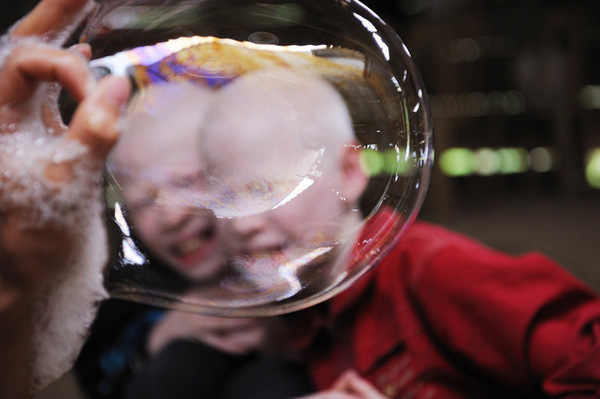 Bộ ảnh độc về thế giới của cặp song sinh bạch tạng ở Hà Tĩnh 24