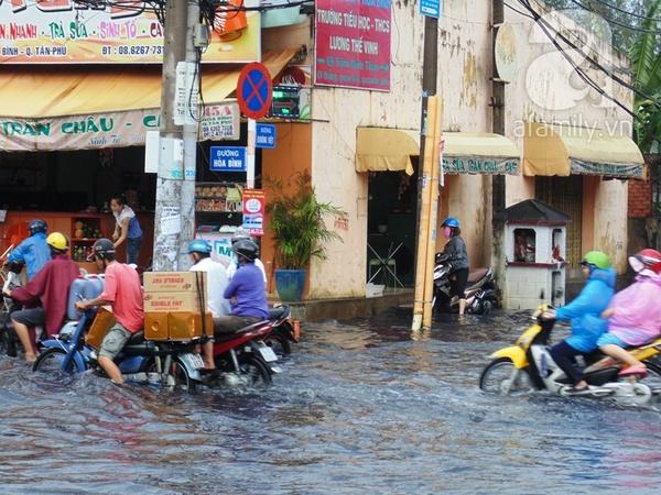 Mưa lớn, nhiều tuyến đường Sài Gòn chìm sâu trong
