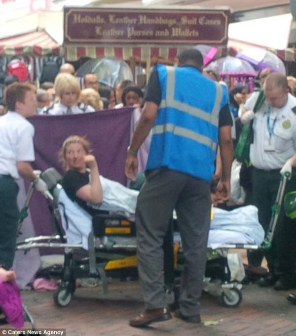 Bé sơ sinh đẻ rơi giữa phố được hàng chục người qua đường cho tiền mừng 3