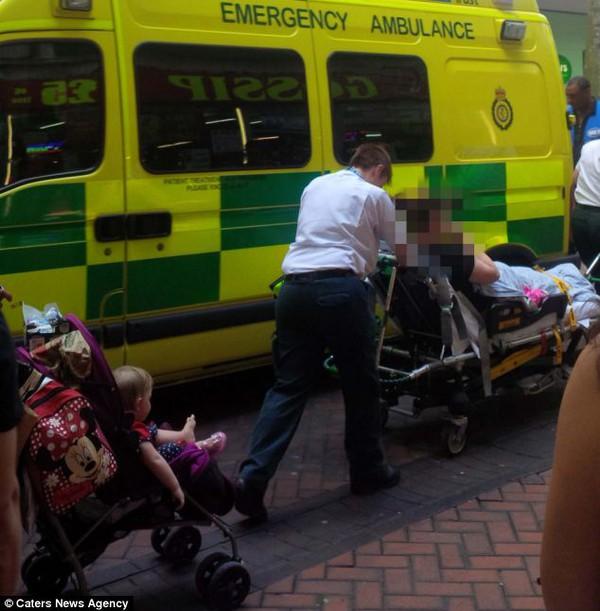 Bé sơ sinh đẻ rơi giữa phố được hàng chục người qua đường cho tiền mừng 4