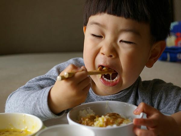 Sai lầm khi cho con ăn