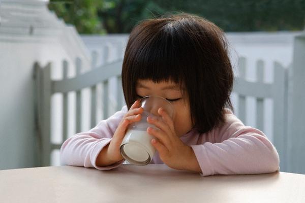 Trẻ uống sữa tươi có đường