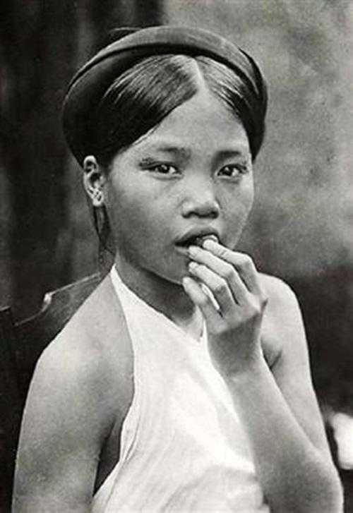 Ngẩn ngơ ngắm thiếu nữ Việt xưa mặc áo yếm khoe lưng ong 2