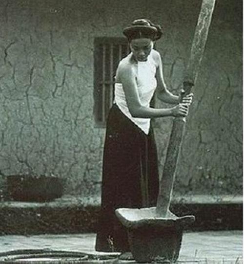 Ngẩn ngơ ngắm thiếu nữ Việt xưa mặc áo yếm khoe lưng ong 6
