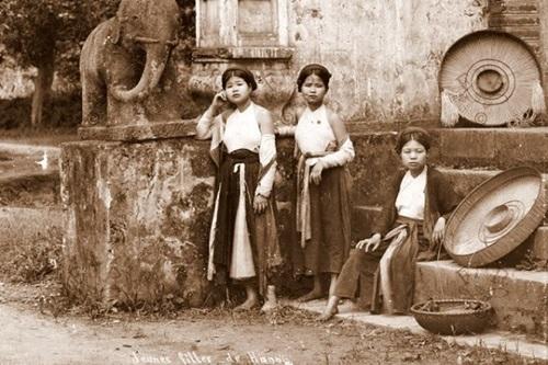 Ngẩn ngơ ngắm thiếu nữ Việt xưa mặc áo yếm khoe lưng ong 8
