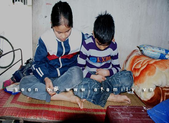 Kinh hoàng ở Hải Dương: Cha đẻ bắt 2 con ăn phân, cởi trần đi học