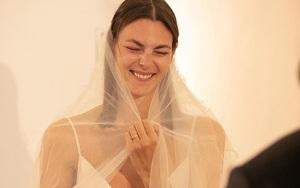 Nàng vedette cuối cùng của Karl Lagerfeld gây bất ngờ khi diện váy cưới giản dị, thậm chí còn để mặt cực mộc mạc tại hôn lễ