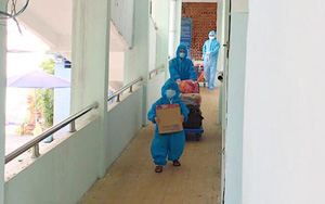 """Hình ảnh """"chú chim cánh cụt màu xanh"""" ngoan ngoãn phụ mẹ bê đồ rời khu cách ly đi điều trị COVID-19 khiến nhiều người xúc động"""