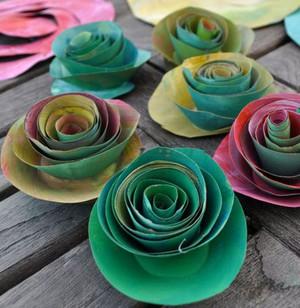 Tận dụng giấy bìa làm lọ hoa hồng đẹp lạ 6