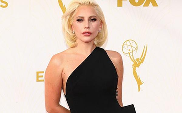 Lady Gaga dịu dàng bất ngờ trên thảm đỏ Emmy Awards