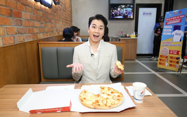 """Sau chung kết rap việt, Karik trở thành """"Hoàng tử pizza"""" khuấy động buổi khai trương cửa hàng thứ 50 - Domino's Phạm Hồng Thái"""