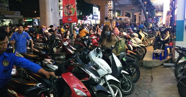 Phố lên đèn, người dân ùa ra đường mua sắm Black Friday đông như trẩy hội tại các tuyến phố thời trang lớn nhất Hà Nội, nhiều mặt hàng giảm giá tới mức 0 đồng
