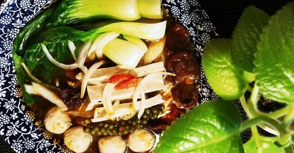 Ngày Rằm muốn ăn chay đơn giản thì thử ngay món mỳ nấm cay ngon hết cỡ này nhé!