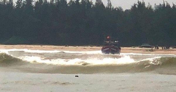 Tàu cá va phải đá ngầm, 11 thuyền viên mắc kẹt giữa biển