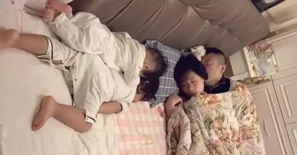 Bà nội chụp lại cảnh cả nhà ngủ say khiến cư dân mạng cười bò: Bố mẹ mới là