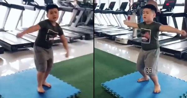 Đòi đi tập gym để giảm mỡ bụng, nhưng vừa nghe tiếng nhạc cậu bé đã