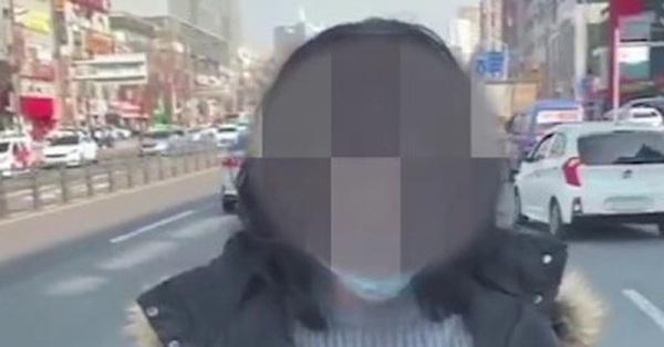 Thực hư đoạn clip bệnh nhân siêu lây nhiễm ở Hàn Quốc trốn khỏi bệnh viện và đứng giữa đừng chặn xe đang chạy gây hoang mang dân mạng