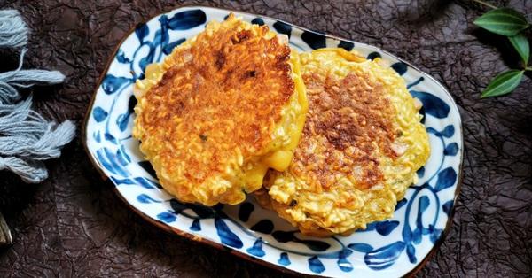 Dùng mì gói làm bánh trứng nóng hổi ngon lành cho cả nhà ăn sáng