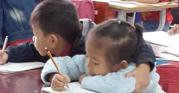 Ngồi làm bài tập mà cái tay không chịu yên, cậu bé khiến dân tình cười như được mùa: Phải khoác vai mới chịu!