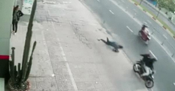 Khoảnh khắc người phụ nữ bị cướp giật túi xách, ngã sấp mặt xuống đường, nằm bất động khiến nhiều chị em kinh hãi