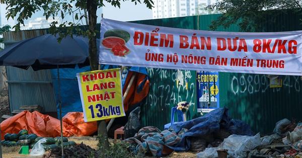"""Hà Nội: Đường phố tràn lan biển """"giải cứu"""" sầu riêng, khoai lang Nhật"""