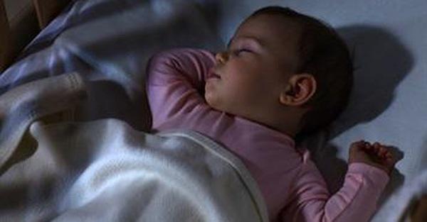 Các chuyên gia cho rằng tắt đèn là một cách luyện cho trẻ sơ sinh vào giấc ngủ nhanh hơn