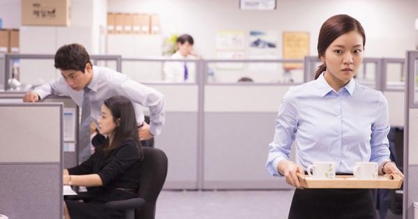 Từ quản lý bị giáng xuống làm nhân viên khi nhảy việc, nàng công sở đăng đàn hỏi: Nên đi hay ở?
