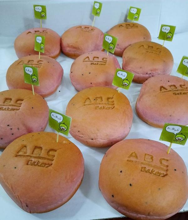 Người Sài Gòn xếp hàng dài đợi mua bánh mì thanh long nhân sầu riêng 6 Ri của