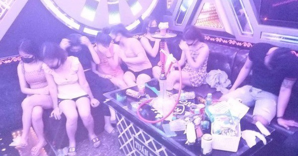 """Bất chấp lệnh cấm tụ tập đông người, 11 nam thanh nữ tú vẫn """"quẩy"""" thâu đêm trong quán karaoke"""