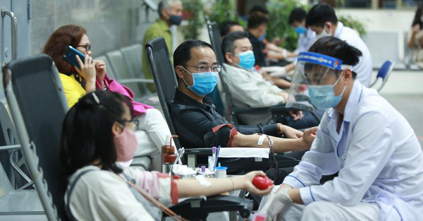 Biết tin lượng máu dự trữ đang thiếu trầm trọng do ảnh hưởng của dịch Covid-19, người đàn ông vượt 70km đi hiến máu vì nghĩa cử cao đẹp