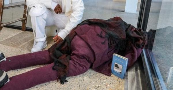 Người đi đường thấy thi thể bên trong tòa nhà liền gọi báo chính quyền, cảnh sát vào cuộc phát hiện ra danh tính không ai ngờ của