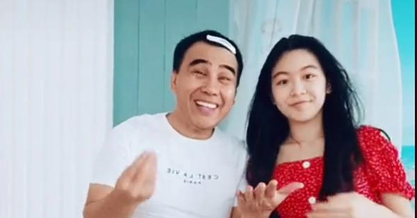 """MC Quyền Linh mặc váy cùng con gái Lọ Lem nhảy theo trend """"mình bên nhau bạn thân nhé"""", khiến nhiều người bất ngờ vì sự đáng yêu của hai bố con"""