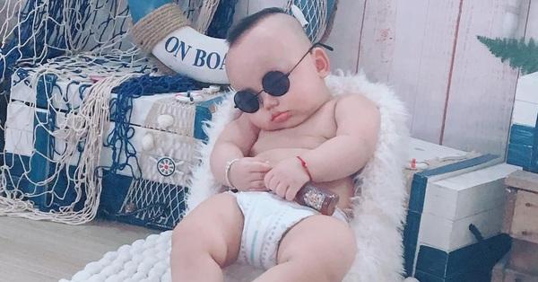 Đang buồn ngủ mà bị bắt đi chụp ảnh, bé 8 tháng ngủ gật ngon lành, bố mẹ làm đủ trò cũng nhất định không dậy