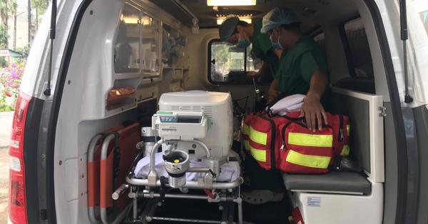 Bác sĩ mặc đồ bảo hộ, khẩn trương chuyển phi công Anh nhiễm Covid-19 số 91 về Bệnh viện Chợ Rẫy giữa trời mưa