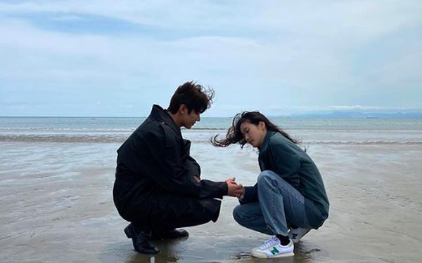 1 ngày trước cảnh nóng giường chiếu gây sốt, Lee Min Ho và Kim Go Eun công khai đăng cùng bức ảnh đặc biệt lên Instagram