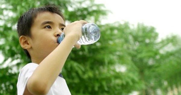 Phòng mất nước cho trẻ trong mùa nóng