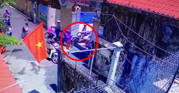 Vụ học sinh đi học sớm không được vào trường: Bất ngờ xuất hiện clip nghi người mẹ dàn cảnh con đứng cổng trường để chụp ảnh