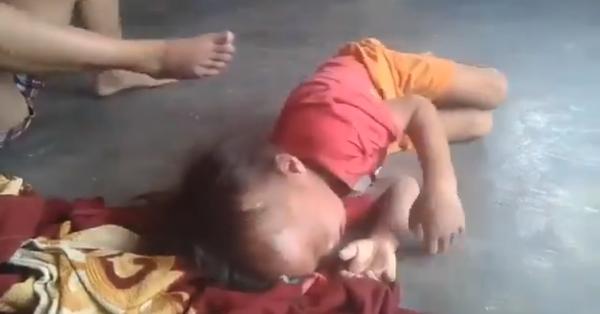 Clip: Phẫn nộ cảnh người phụ nữ bóp cổ, dùng chân đạp liên tiếp vào người bé trai ở Bình Dương
