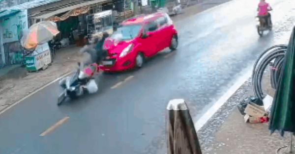 Cặp đôi đi xe máy xin sang đường bất ngờ bị nữ tài xế đi ô tô phía sau lao tới, hất tung lên nắp ca pô
