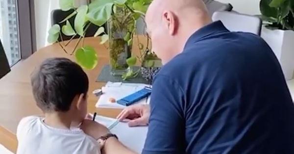 Thu Minh khoe chồng Tây dạy học cho con trai, nhưng dân mạng tinh ý phát hiện ra chi tiết