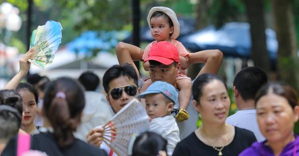 Hàng nghìn người đổ về công viên Thủ Lệ cho con em vui chơi ngày Quốc tế Thiếu nhi bất chấp trời nắng nóng