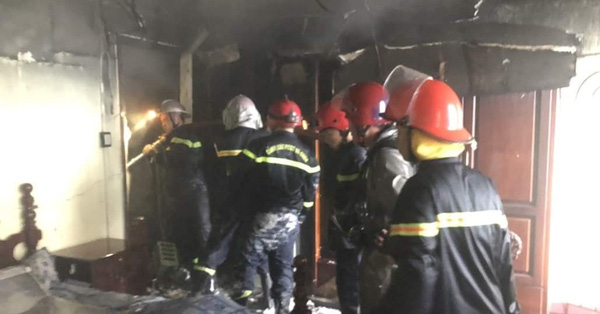 TP.HCM: Ngôi nhà bốc cháy dữ dội lúc sáng sớm khiến 7 người mắc kẹt, trong đó có 2 trẻ em