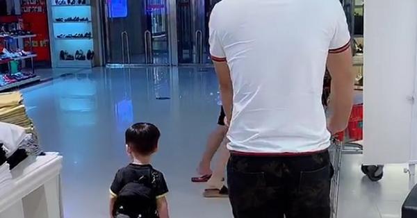 Bố ân cần đưa 2 con đi siêu thị nhưng nhìn cảnh tượng ấy ai cũng phải phì cười