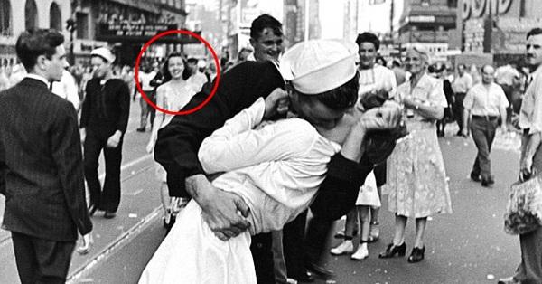 """Bức ảnh """"Nụ hôn ở Quảng trường Thời đại"""" tuyệt đẹp nhưng câu chuyện gây tranh cãi và người phụ nữ phía sau mới thật sự là người tình của nam chính"""