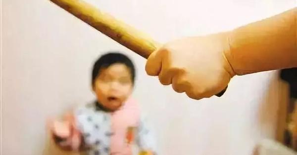 Con gái 6 tuổi ăn chậm, mẹ dùng ống sắt đánh con đến mức tử vong