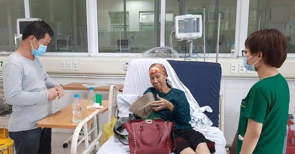 """Bác gái BN 17 ra viện sau nhiều lần """"thập tử nhất sinh"""" vì COVID-19"""